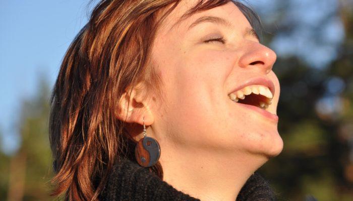 laughter 1532978 1280 700x400 - emociones y sentimientos