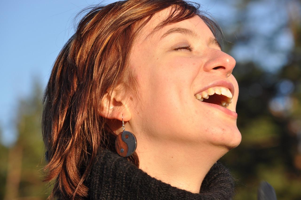laughter 1532978 1280 - Las emociones y los sentimientos - Psicología Emocional